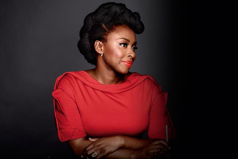 Read more about the article 10 Citations Inspirantes de Chimamanda Ngozi Adichie