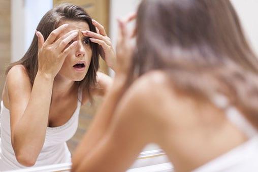 bouton-femme-miroir-stress-acne-ride-full-11502448