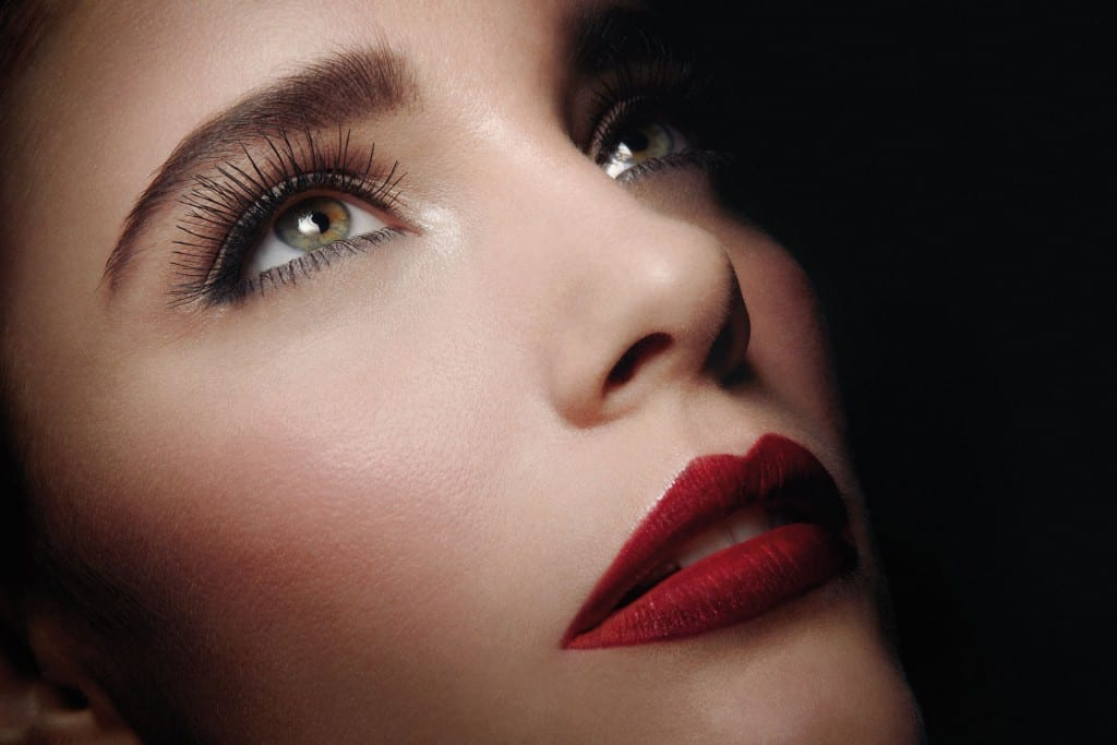 timeless-wedding-makeup-with-long-lashes-deep-red-lips.original-1024x683