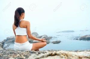 20312133-yoga-plage-femme-faisant-poser-l-oc-an-pour-la-sant-zen-et-style-de-vie-paisible-Banque-d'images