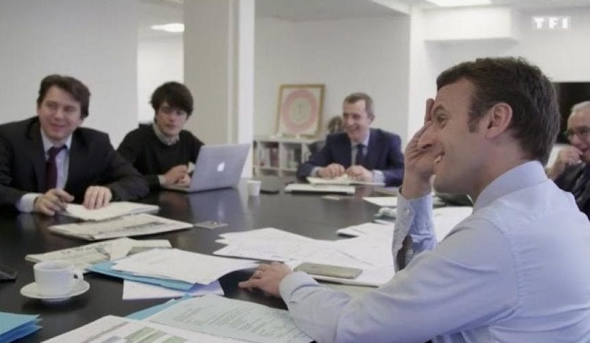 Emmanuel Macron travaillant avec son équipe